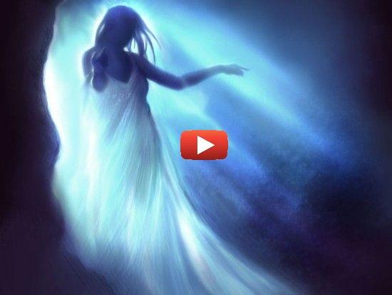 Femme vaporeuse bleue et blanche