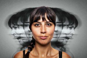 Femme avec plusieurs visages