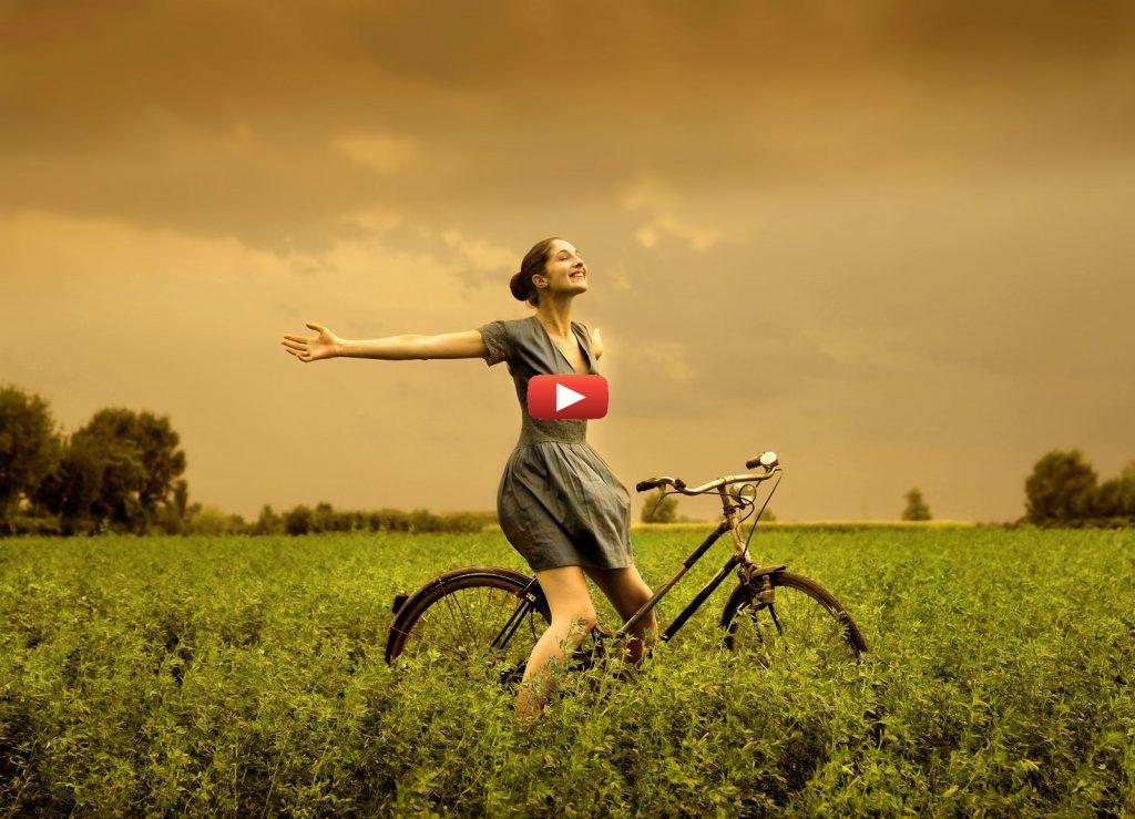Femme sur un vélo dans un champs