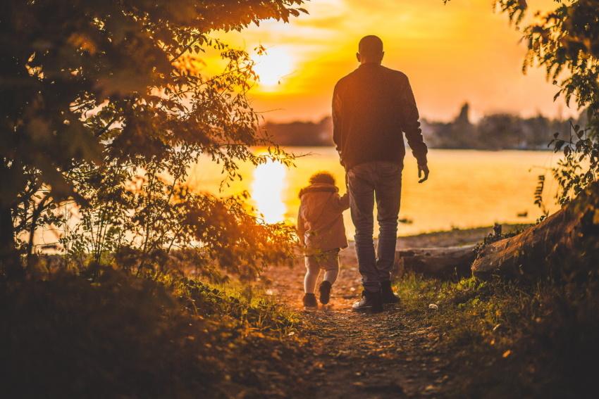 Père et fille qui se baladent