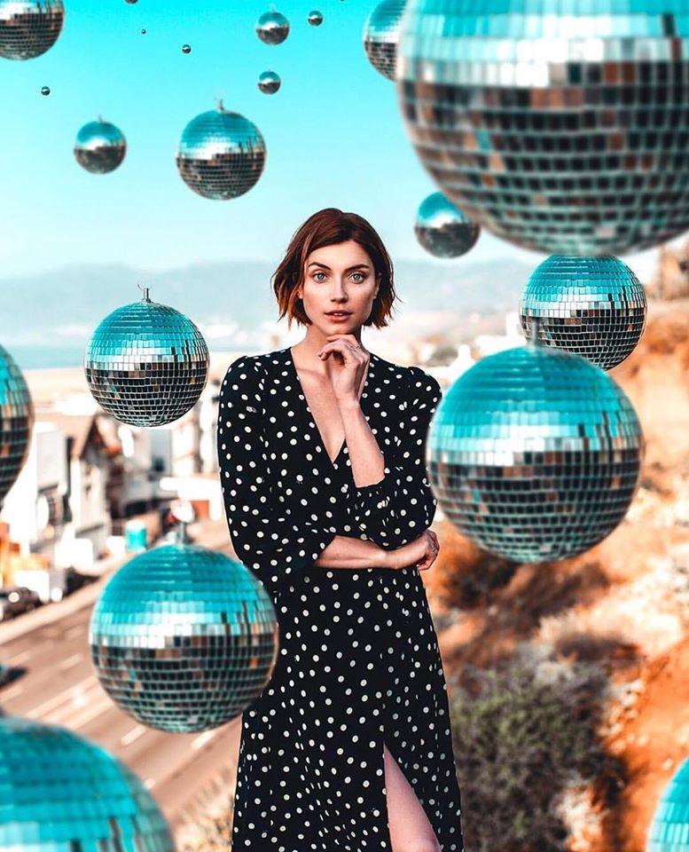 Femme avec boules à facettes